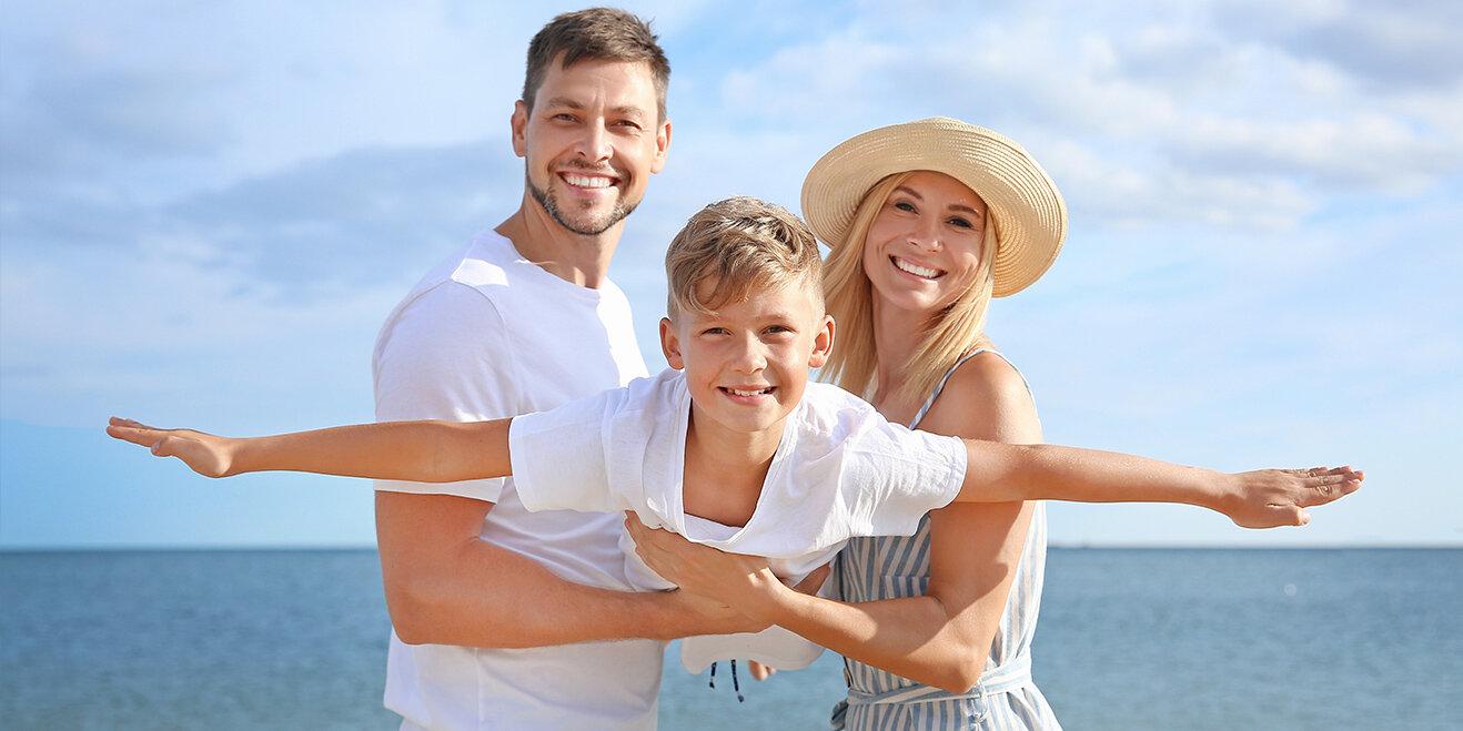 Familie am Strand der Niederlanden