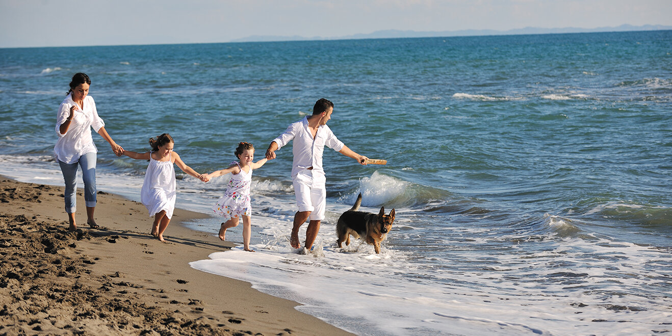 Familie mit Hund am Strand
