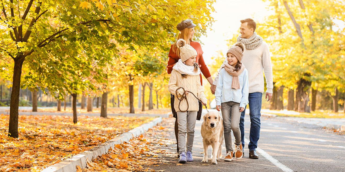 Familie mit Hund im Herbst