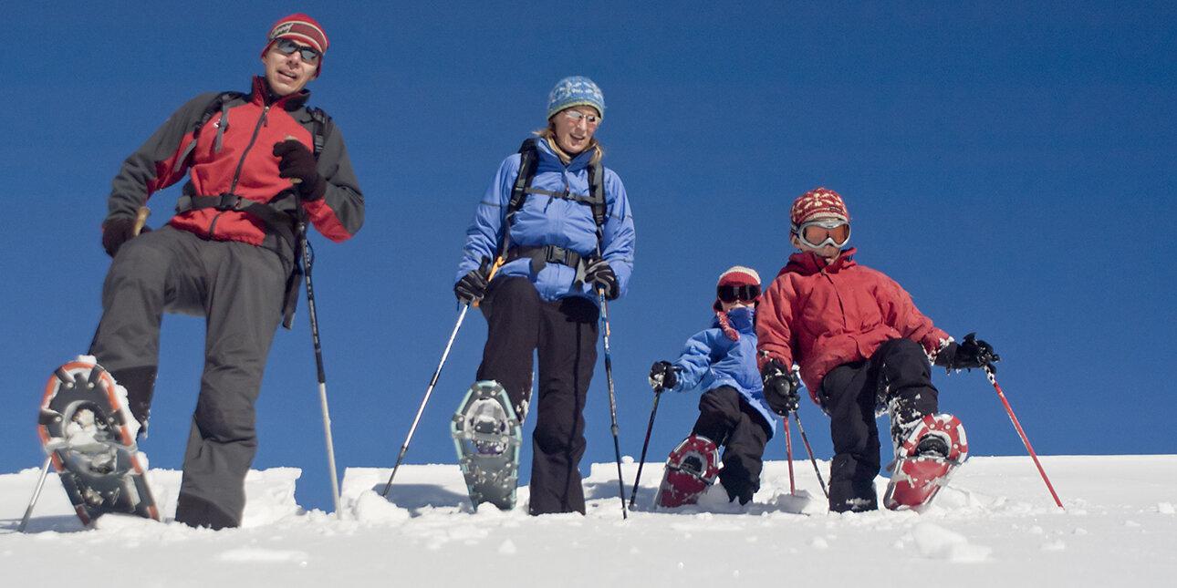 Familie mit Schneeschuhen im Sauerland