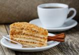 Lassen Sie sich ein leckeres Stück Kuchen und eine Tasse Kaffee schmecken.