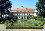 Die Außenansicht der Hotel Schlossanlage mit dem Barockgarten.