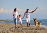 Seehotel Grossherzog von Mecklenburg, Familie mit Hund am Strand