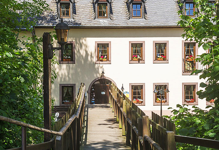 Hotel Aux Anciennes Tanneries, Wiltz, Luxemburg, Brücke zum Hotel