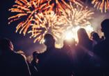 Ferienpark Benz Ostsee, Menschen vor Feuerwerk