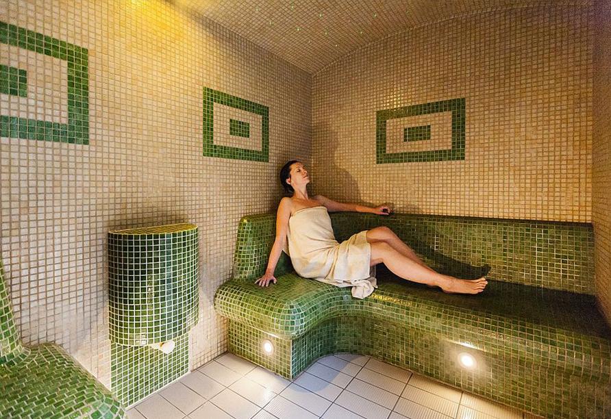 Hotel SKAL in Henkenhagen, Aquapark Helios, Frau im Ruhebereich