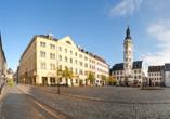 Der historische Marktplatz von Gera lädt zum Flanieren ein.