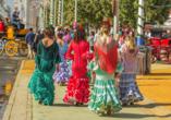 Busrundreise Temperamentvolles Andalusien, Vier Frauen in Flamenco-Kleidern