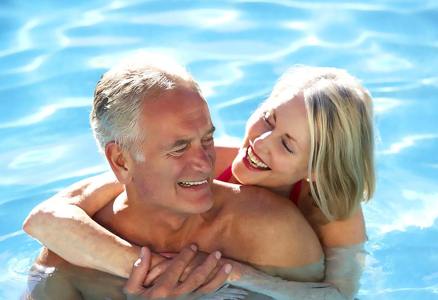 Hotel Abrat in San Antonio in Ibiza, Paar im Pool