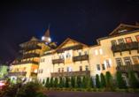 St. Lukas Sanatorium Hotel in Bad Flinsberg, Außenansicht bei Nacht