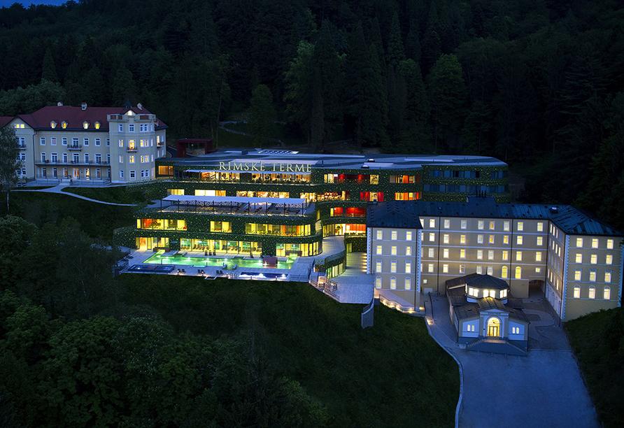 Hotelkomplex Rimske Terme in Rimske Toplice, Außenansicht bei Nacht