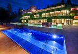 Hotelkomplex Rimske Terme in Rimske Toplice, Außenpool bei Nacht