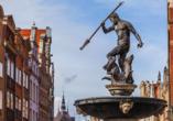 Der Neptunbrunnen in Danzig wurde im Jahr 1633 vor dem Artushof aufgestellt.