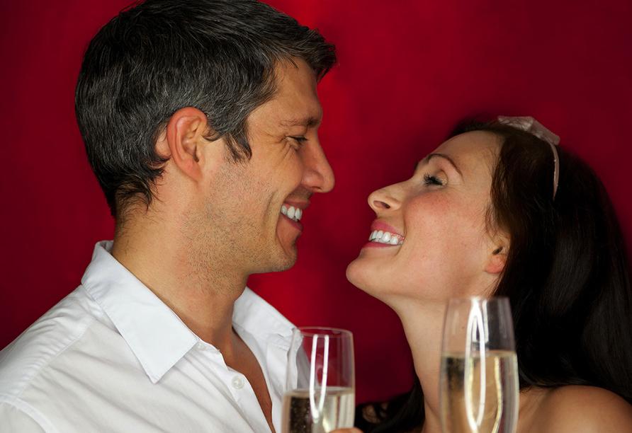 SOIBELMANNS Hotel Alexandersbad, Paar mit Sektgläsern