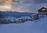 Außenansicht des Hotels am Pfahl im Winter