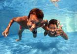 Badespaß erleben Sie im Außenpool und Hallenbad vom Roompot Hof Domburg!