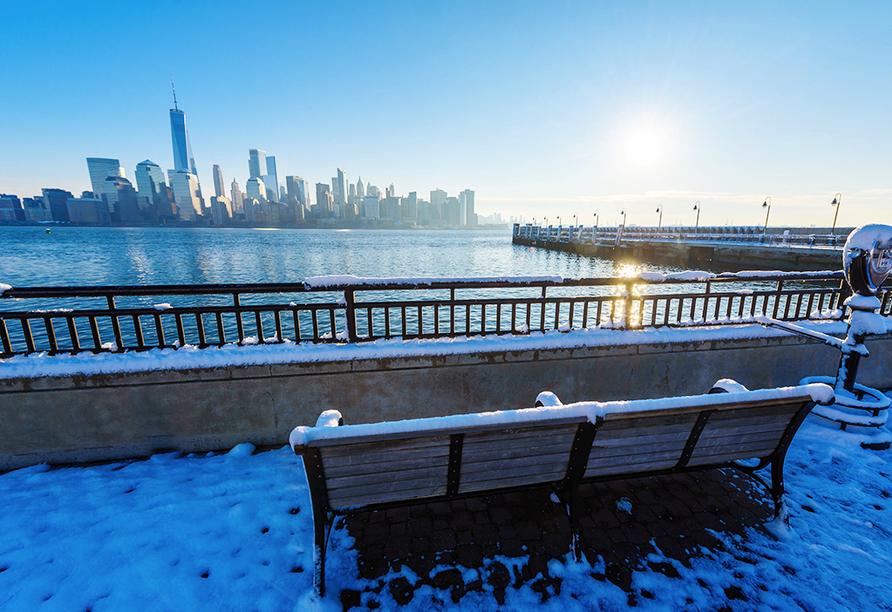 Genießen Sie von New Jersey einen atemberaubenden Blick auf den Hudson River und die Skyline von Manhattan.