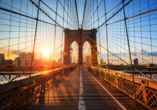 Die Brooklyn Bridge verbindet die Stadtteile Manhattan und Brooklyn.