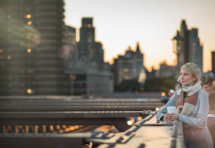 Spazieren Sie über die 1,83 Kilometer lange Brooklyn Bridge.