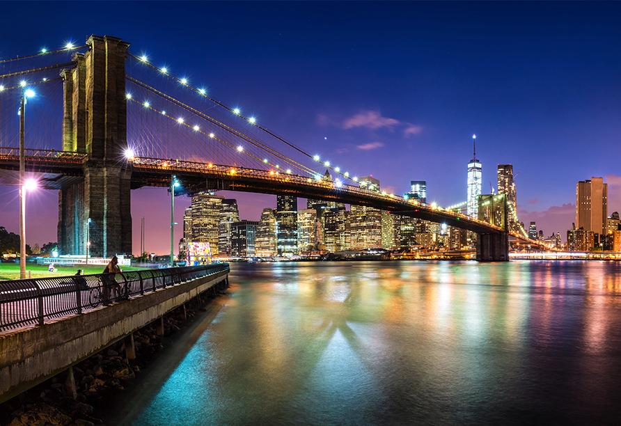 Besuchen Sie die imposante Brooklyn Bridge auch mal bei Nacht und staunen Sie über das leuchtende Manhattan.