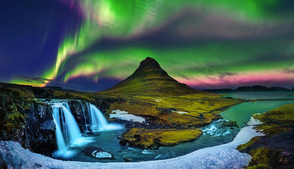 Beeindruckende Nordlichter über dem 463 m hohen Berg Kirkjufell in Island.