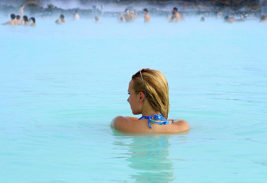Frau schwimmt in der Blauen Lagune.