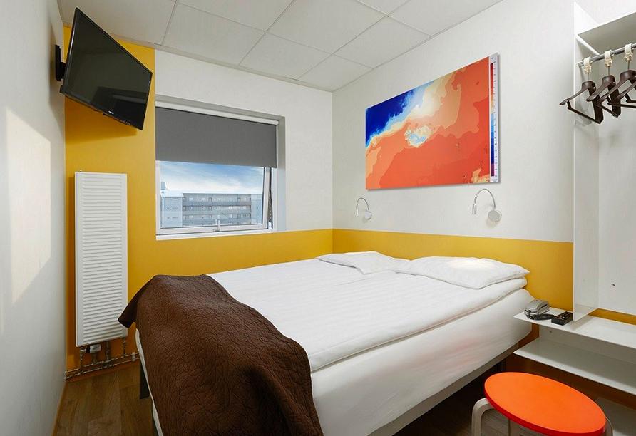 Gemütliches Doppelzimmer mit großem Bett imm Hotel Cabin.