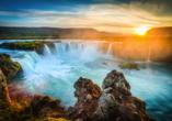 Auf einer Breite von 30 m fällt beim Godafoss Wasserfall das Wasser 12 m in die Tiefe.