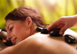 Hotel Usedom Palace in Zinnowitz, Frau bei Massage mit Steinen