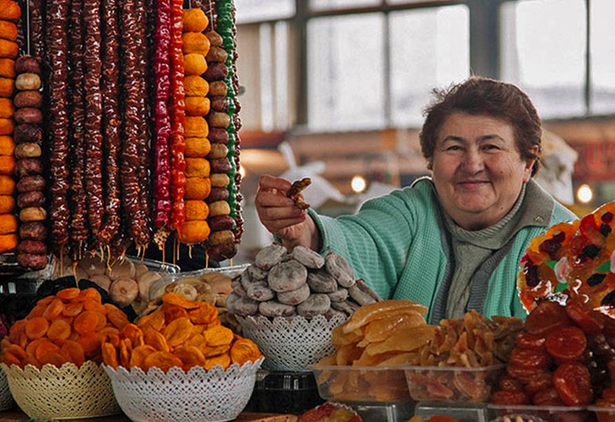 Geheimnisvoller Kaukasus, Frau bietet Essen an