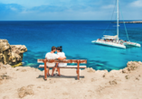 Entdeckerreise Chalkidiki, Pärchen am Strand, Mittelmeer, Segelboot