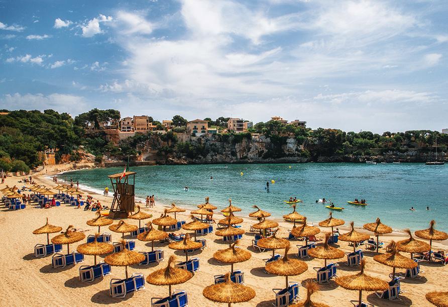 Entspannen Sie am schönen Sandstrand, der nur durch die Uferstraße von Ihrem Urlaubshotel getrennt ist.
