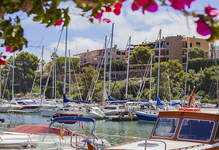Der Yachthafen von Porto Cristo lädt zum Schlendern ein.