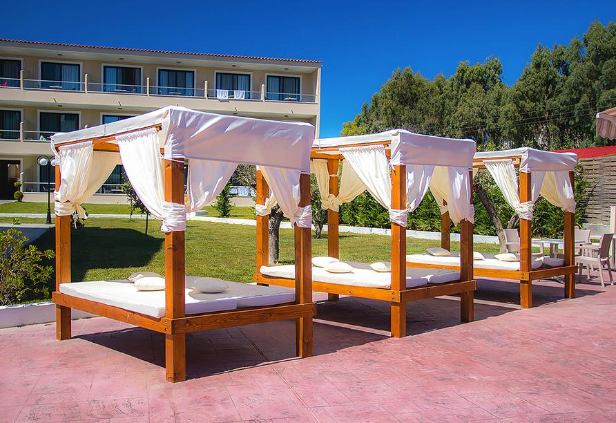 Hotel Angela Beach in Roda auf Korfu, Sonnenliegen