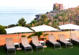 Hotel Bahia Tropical in Almuñécar, Costa Tropical, Terrasse mit Liegen