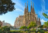 Der Bau der berühmten Kirche Sagrada Família ist seit 1882 noch unvollendet und soll 2026 zum 100. Todestag des Architekten Gaudís fertiggestellt sein.