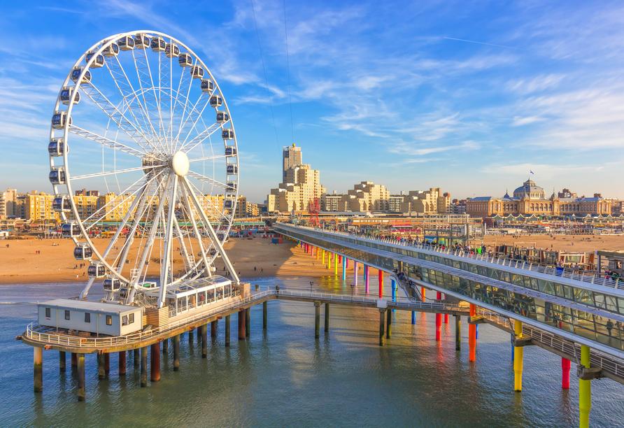 Das Riesenrad und der Pier in Scheveningen laden zum Verweilen ein.