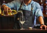 Ringhotel VITALHOTEL ambiente Bad Wilsnack in Brandenburg, Barkeeper mit Weißwein