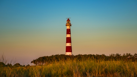 Der klassische Leuchtturm der Nordseeinsel heißt Sie herzlich auf Ameland willkommen!