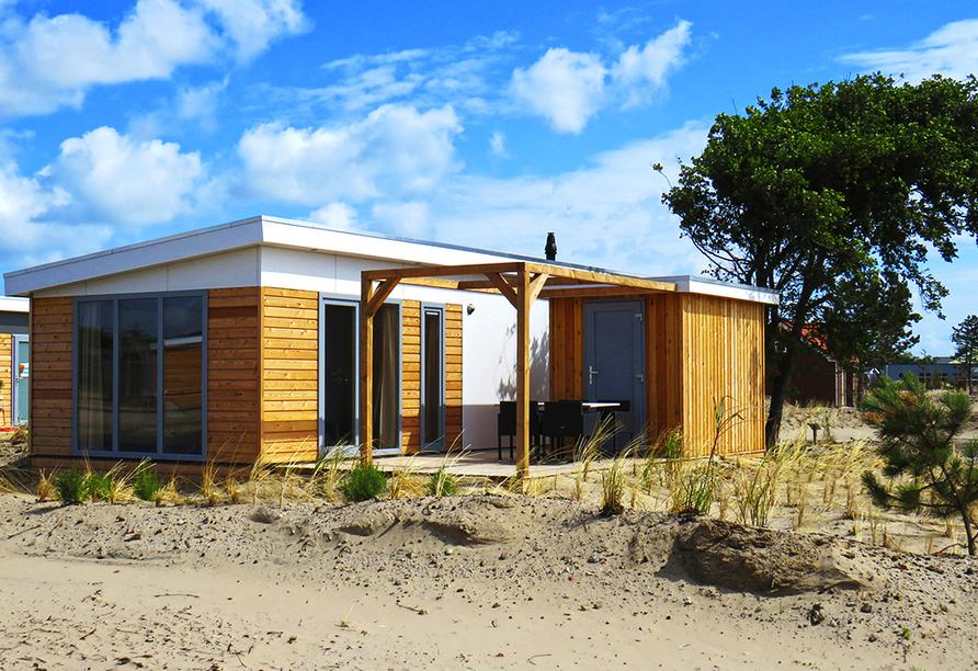 Beispielhafte Ansicht eines Strandchalets im Roompot Vakanties Ferienpark Boomhiemke.