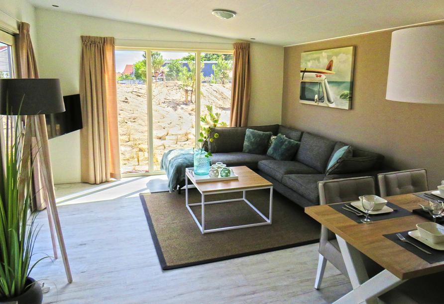Beispiel eines Wohnzimmers im Roompot Vakanties Ferienpark Boomhiemke.