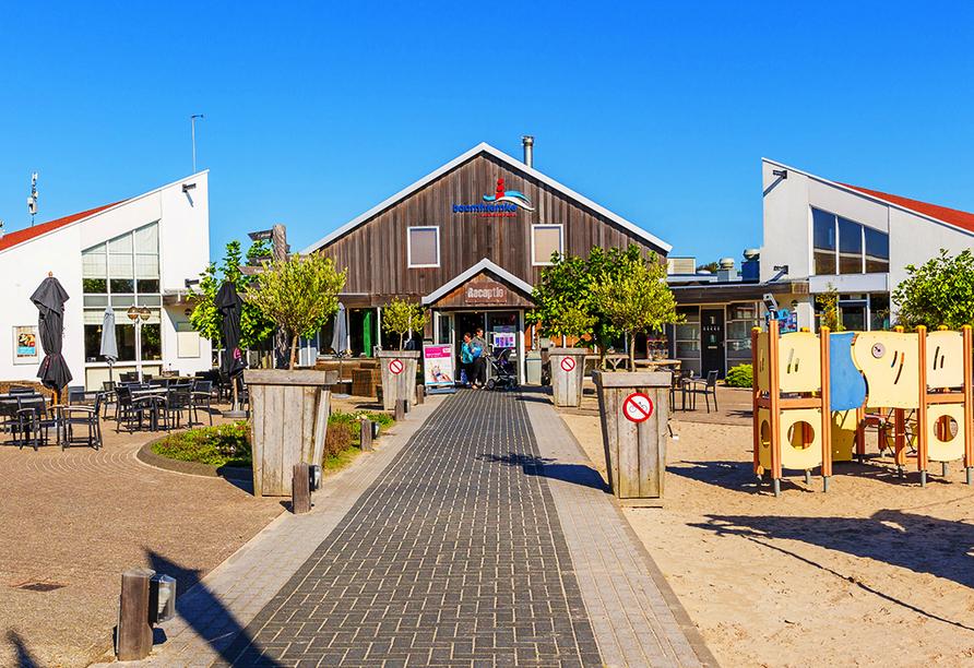 Außenansicht des Roompot Vakanties Ferienpark Boomhiemke auf Ameland.