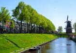 Die kleine Stadt Dokkum mit ihren Windmühlen ist ist immer einen Ausflug wert.