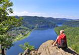 Hotel am Schlossberg in Ziegenrück an der Saale, Wanderin genießt Ausblick auf Saale