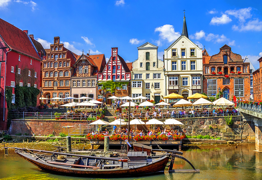 Der Stintmarkt liegt im historischen Wasserviertel Lüneburgs und lädt vor allem an lauen Sommerabenden zum Verweilen bei einem Gläschen Wein ein.