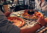 Hotel Nuovo Tirreno in Camaiore, Toskana, Italien, Pizza und Wein