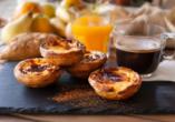 Probieren Sie in Lissabon unbedingt die potugiesischen Puddingtörtchen Pasteis de Nata.