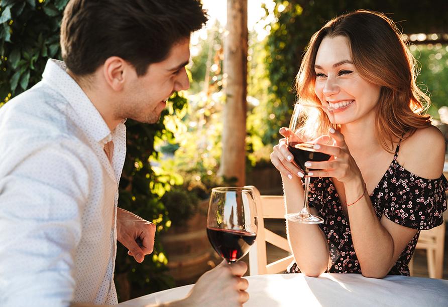 Seminaris Hotel Leipzig, Paar mit Wein