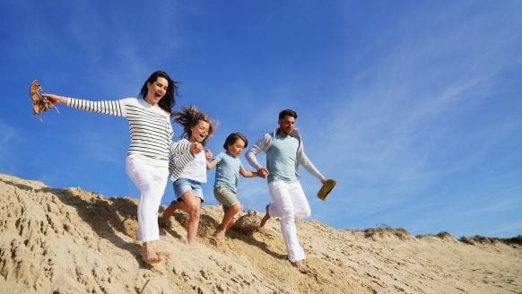 Ferienhaus Watt n Urlaub, Familie in den Dünen