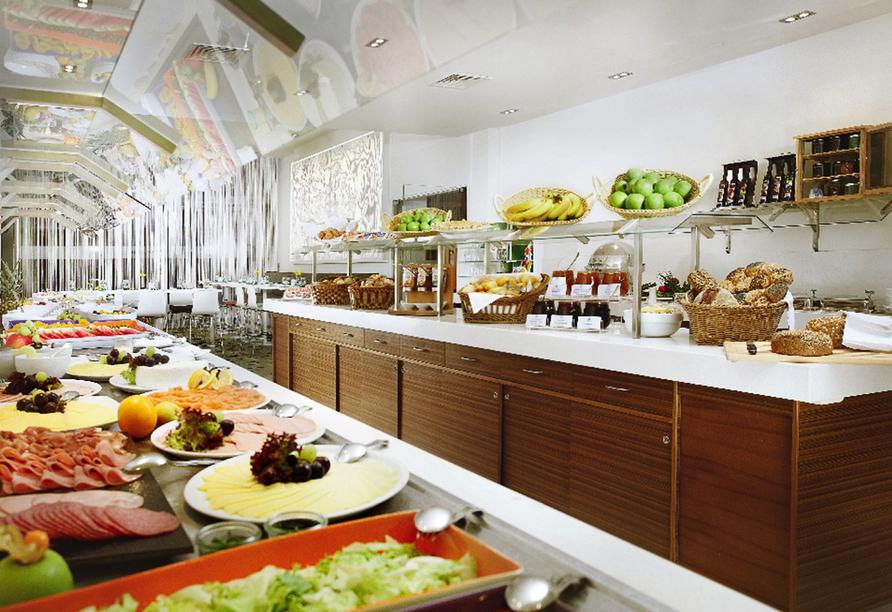 Gemütlicher Frühstücksraum mit reichhaligem Buffet.